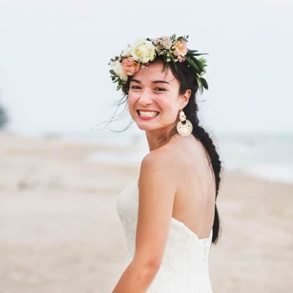 beautiful-bride-by-the-sea-MS2A97G.jpg